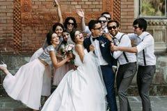 Συναισθηματική φωτογραφία του όμορφου ζεύγους με τους φίλους Στοκ φωτογραφία με δικαίωμα ελεύθερης χρήσης