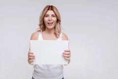 Συναισθηματική χαρισματική νέα γυναίκα που φαίνεται συγκινημένη Στοκ Εικόνες