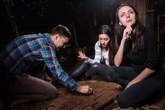 Συναισθηματικοί νέοι που σκέφτονται, κινούμενα μέρη ενός αινίγματος και Στοκ Φωτογραφία