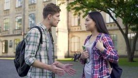 Συναισθηματικός άνδρας σπουδαστής που μιλά με την πρώην-φίλη κοντά στο πανεπιστήμιο, σχέση απόθεμα βίντεο