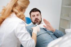 Συναισθηματικός έκπληκτος τύπος μη έτοιμος για μια διαδικασία Στοκ φωτογραφίες με δικαίωμα ελεύθερης χρήσης