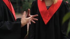 Συναισθηματικός απόφοιτος φοιτητής που και που μιλά στο θηλυκό φίλο, συνομιλία φιλμ μικρού μήκους