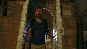Συναισθηματικός αρσενικός τουρίστας που αναρριχείται στα σκαλοπάτια στον αρχαίο πύργο στο Γντανσκ, τουρισμός απόθεμα βίντεο
