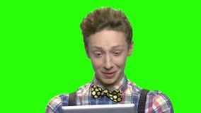 Συναισθηματικός εκφραστικός έφηβος με την ταμπλέτα φιλμ μικρού μήκους