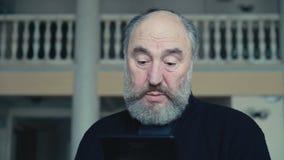 Συναισθηματικός ευτυχής ηληκιωμένος που κουβεντιάζει στην ταμπλέτα 4K απόθεμα βίντεο