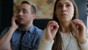 Συναισθηματικός η συνομιλία του ζεύγους στον καφέ φιλμ μικρού μήκους