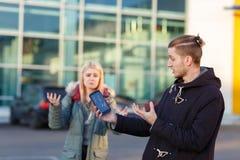 Συναισθηματικός νέος τύπος, που κρατά ένα κινητό τηλέφωνο με μια σπασμένη οθόνη, δυστυχώς που με τα χέρια του Στοκ Εικόνα