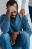 Συναισθηματικός νεαρός άνδρας που φαίνεται πιεσμένος Στοκ Φωτογραφία