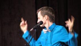 Συναισθηματικός τραγουδιστής στο σπίτι σκηνικού πολιτισμού σε Pomorie, Βουλγαρία απόθεμα βίντεο