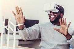 Συναισθηματικός τύπος αφροαμερικάνων που απολαμβάνει τα γυαλιά εικονικής πραγματικότητας Στοκ Εικόνες