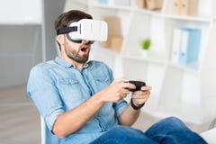 Συναισθηματικό άτομο που παίζει τα τηλεοπτικά παιχνίδια Στοκ Εικόνες