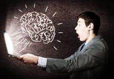 Συναισθηματικό άτομο που χρησιμοποιεί το lap-top Στοκ εικόνα με δικαίωμα ελεύθερης χρήσης