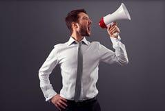 Συναισθηματικό άτομο στην επίσημη ένδυση που χρησιμοποιεί megaphone Στοκ φωτογραφία με δικαίωμα ελεύθερης χρήσης