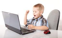 Συναισθηματικό αγόρι εθισμού υπολογιστών με το lap-top Στοκ φωτογραφίες με δικαίωμα ελεύθερης χρήσης