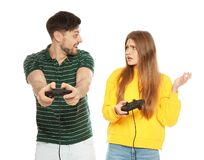 Συναισθηματικό ζεύγος που παίζει τα τηλεοπτικά παιχνίδια με τους ελεγκτές στοκ φωτογραφία