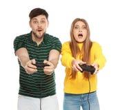 Συναισθηματικό ζεύγος που παίζει τα τηλεοπτικά παιχνίδια με τους ελεγκτές στοκ φωτογραφία με δικαίωμα ελεύθερης χρήσης