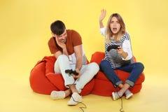 Συναισθηματικό ζεύγος που παίζει τα τηλεοπτικά παιχνίδια με τους ελεγκτές στοκ φωτογραφίες με δικαίωμα ελεύθερης χρήσης