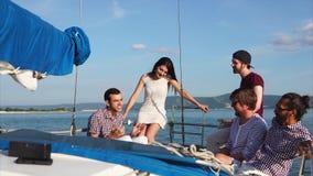 Συναισθηματικό και χαρισματικό άτομο που οδηγά μια βάρκα που μιλά στους φίλους στην ημέρα φιλμ μικρού μήκους