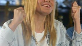 Συναισθηματικό κορίτσι που υποστηρίζει την αγαπημένη αθλητική ομάδα στο φραγμό, ενθαρρυντικό για τη νίκη απόθεμα βίντεο