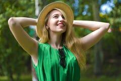 Συναισθηματικό κορίτσι σε ένα καπέλο στοκ εικόνα