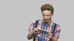 Συναισθηματικό παίζοντας παιχνίδι αγοριών στο smartphone απόθεμα βίντεο