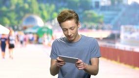 Συναισθηματικό παίζοντας παιχνίδι εφήβων στο smartphone απόθεμα βίντεο