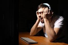 Συναισθηματικό παίζοντας παιχνίδι στον υπολογιστή ατόμων στο σπίτι αργά το βράδυ στοκ εικόνα με δικαίωμα ελεύθερης χρήσης