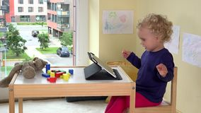 Συναισθηματικό παιδί που χρησιμοποιεί τον υπολογιστή ταμπλετών Φτωχός teddy αφορά τον πίνακα φιλμ μικρού μήκους