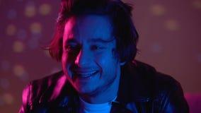 Συναισθηματικό πιωμένο άτομο που γελά και που φωνάζει στο κόμμα, που συγχέεται και που χάνεται στη ζωή απόθεμα βίντεο