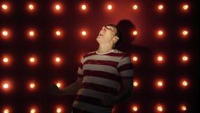 Συναισθηματικό πορτρέτο ενός τρελλού ατόμου στην κινηματογράφηση σε πρώτο πλάνο έννοια: η νευρική διακοπή, η διανοητική ασθένεια, φιλμ μικρού μήκους