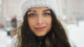 Συναισθηματικό πορτρέτο οδών της νέας όμορφης γυναίκας στην πρότυπη εξέταση πόλεων τη κάμερα Κυρία που φορά το μοντέρνο κλασικό χ απόθεμα βίντεο