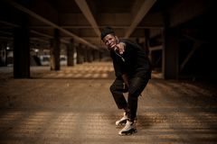 Συναισθηματικό πορτρέτο του αμερικανικού ατόμου afro στη στάση οκλαδόν μισού στοκ φωτογραφία με δικαίωμα ελεύθερης χρήσης