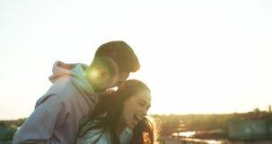 Συναισθηματικό πορτρέτο του ευτυχούς όμορφου νέου ζεύγους που αγκαλιάζει tenderly Ο όμορφος τύπος ο γοητευτικός εραστής του απόθεμα βίντεο