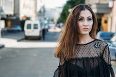 Συναισθηματικό πορτρέτο του μοντέρνου πορτρέτου μόδας της αρκετά νέας γυναίκας πορτρέτο πόλεων κορίτσι λυπημένο Brunette σε ένα μ Στοκ φωτογραφία με δικαίωμα ελεύθερης χρήσης