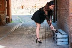 Συναισθηματικό πορτρέτο του μοντέρνου πορτρέτου μόδας της αρκετά νέας γυναίκας πορτρέτο πόλεων το κορίτσι ρυθμίζει τα παπούτσια τ στοκ εικόνες