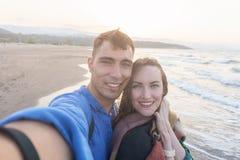 Συναισθηματικό selfie ενός νέου ζεύγους στην παραλία στο ηλιοβασίλεμα Στοκ φωτογραφίες με δικαίωμα ελεύθερης χρήσης
