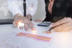 Συνανμένος παρόν επιχειρησιακών ομάδων το πρόγραμμα επαγγελματικός επενδυτής που εργάζεται με το νέο πρόγραμμα Στοκ Εικόνες