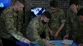 Συνανμένος στρατιωτική ομάδα, σχετικά με την οθόνη οργάνων ελέγχου υποβάθρου, άποψη απόθεμα βίντεο