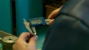 Συναρμολογητής εργασίας toolmaker στο εργοστάσιο απόθεμα βίντεο