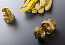 Συναρμολογήσεις ορείχαλκου με το γαλλικό κλειδί Στοκ Φωτογραφίες