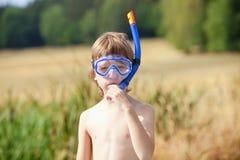 Συναρμολόγηση αγοριών στην αναπνοή του σωλήνα στοκ φωτογραφία