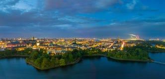 Συναρπαστικά φω'τα πόλεων, ευρύ πανόραμα της Κοπεγχάγης τη νύχτα Στοκ Φωτογραφίες