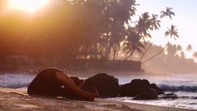 Συναρπαστικές ασκήσεις γιόγκας πρακτικών κοριτσιών που τεντώνουν το πρωί απόθεμα βίντεο