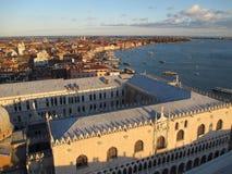 Συναρπαστική άποψη της εικονικής παράστασης πόλης και του διάσημου Palazzo Ducale στο φως του ήλιου βραδιού, Βενετία, Ιταλία Στοκ Φωτογραφίες