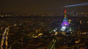 Συναρπαστική άποψη της νύχτας Παρίσι και του φωτισμένου πύργου του Άιφελ, εικονική παράσταση πόλης, Γαλλία φιλμ μικρού μήκους