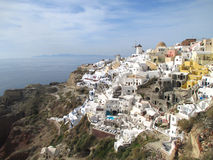 Συναρπαστική άποψη του διάσημου Oia χωριού με την ελληνική αρχιτεκτονική ύφους πέρα από Caldera, νησί Santorini της Ελλάδας Στοκ Φωτογραφίες