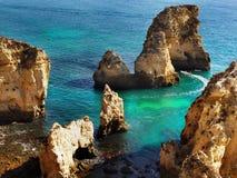 Συναρπαστική ακτή του Αλγκάρβε νησιών παραλιών απότομων βράχων, Πορτογαλία Στοκ Φωτογραφία