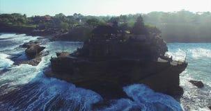 Συναρπαστική εναέρια άποψη του ναού μερών Tanah απόθεμα βίντεο
