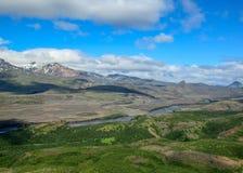 Συναρπαστική κοιλάδα άποψης Thorsmork, με τα ηφαίστεια, τους παγετώνες, τον πράσινο δασικό και μπλε ηλιόλουστο ουρανό στη θερινή  στοκ εικόνες