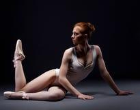 Συναρπαστική κοκκινομάλλης τοποθέτηση ballerina στο στούντιο στοκ εικόνες με δικαίωμα ελεύθερης χρήσης